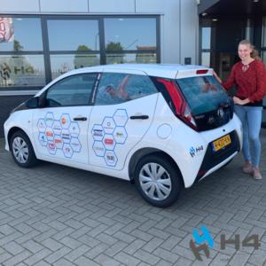 Positief nieuws! Vandaag werd zwemtalent Ilse Kraaijeveld uit Hardinxveld verrast met een splinternieuwe, zuinige auto.